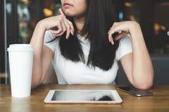 Jeune femme asiatique d'affaires travaillant avec l'ordinateur portable de comprimé, téléphone et photos stock