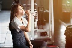 Jeune femme asiatique de bel ajustement avec la serviette blanche au-dessus de son shoul photos stock
