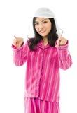 Jeune femme asiatique de sourire se dirigeant vers l'appareil-photo des deux mains Photos libres de droits