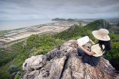 Jeune femme asiatique de voyageur regardant une carte sur une crête image libre de droits