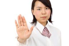 Jeune femme asiatique effectuant le signe d'arrêt Image libre de droits
