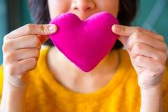 Jeune femme asiatique faisant le baiser d'air Images libres de droits