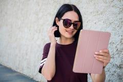 Jeune femme asiatique gaie ayant un appel visuel dehors photo libre de droits