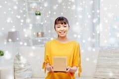 Jeune femme asiatique heureuse avec la boîte de colis à la maison photo libre de droits