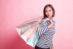 Jeune femme asiatique heureuse avec le panier image stock