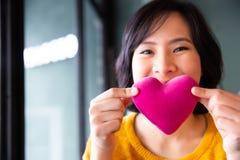 Jeune femme asiatique heureuse faisant le baiser d'air Photos libres de droits