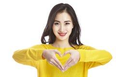 Jeune femme asiatique montrant un signe de coeur Images libres de droits