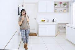 Jeune femme asiatique parlant à un téléphone portable photos stock