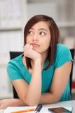 Jeune femme asiatique profondément dans la contemplation Image stock