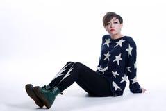 Jeune femme asiatique s'asseyant sur le plancher. Photos stock
