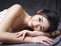 Jeune femme asiatique se trouvant sur le plancher photos libres de droits