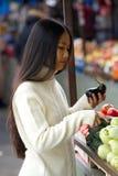 Jeune femme asiatique tenant des légumes au marché photo libre de droits