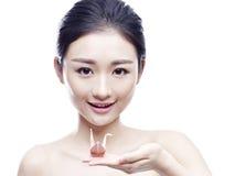 Jeune femme asiatique tenant une grue de papier Photos stock