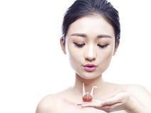 Jeune femme asiatique tenant une grue de papier Images stock