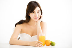 Jeune femme assez joyeuse tenant le jus d'orange Photographie stock libre de droits