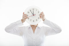 Jeune femme attarctive d'affaires avec la grande horloge Image stock