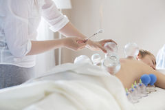 Jeune femme atteignant le traitement la clinique médicale Image libre de droits