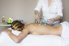 Jeune femme atteignant le traitement la clinique médicale Photographie stock