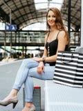 Jeune femme attendant à la station de train Photographie stock