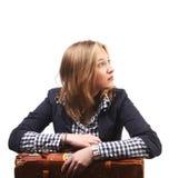 Jeune femme attendant avec la valise Photographie stock