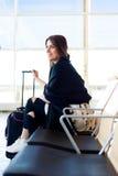 Jeune femme attendant dans l'aéroport international Images libres de droits