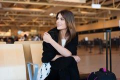 Jeune femme attendant dans l'aéroport international Photo libre de droits