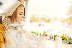 Jeune femme attendant dans le café Photo libre de droits