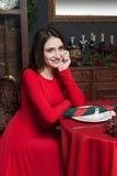 Jeune femme attendant dans le restaurant de vintage images stock