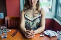 Jeune femme attendant son déjeuner Photo libre de droits