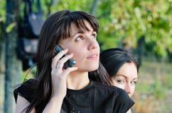 Jeune femme attendant un appel mobile Photos libres de droits
