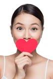 Jeune femme attirant avec le coeur rouge Portr d'art de jour du ` s de Valentine Image libre de droits