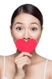 Jeune femme attirant avec le coeur rouge Portr d'art de jour du ` s de Valentine Photographie stock