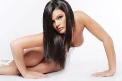 Jeune femme attirant avec le long cheveu noir. image libre de droits