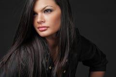 Jeune femme attirant avec le long cheveu noir. photographie stock libre de droits