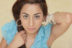 Jeune femme attirant avec ses mains sur son cheveu Image libre de droits