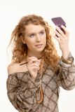 Jeune femme attirant composant son visage Photos libres de droits