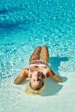 Jeune femme attirant dans l'eau Images stock