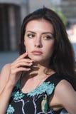 Jeune femme attirant dans la robe Image libre de droits
