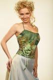 Jeune femme attirant dans la robe de soirée. Verticale. photos libres de droits