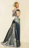 Jeune femme attirant dans la robe de soirée. Verticale. photos stock
