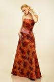 Jeune femme attirant dans la robe de soirée. Verticale. image libre de droits