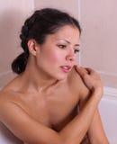 Jeune femme attirant dans le bain Photo stock