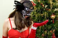 Jeune femme attirant dans le masque Photographie stock libre de droits