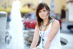 Jeune femme attirant par une fontaine images libres de droits