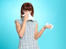 Jeune femme attirant soufflant son nez Images libres de droits