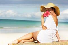 Jeune femme attirant sur la plage Images libres de droits