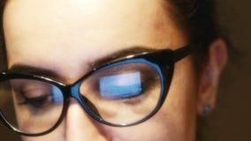 Jeune femme attirante à l'aide d'un ordinateur de bureau 4K banque de vidéos
