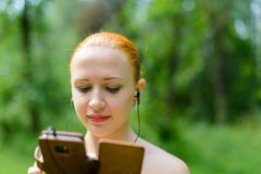 Jeune femme attirante écoutant la musique Images libres de droits