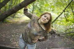 Jeune femme attirante appréciant l'und de soirée d'été Images libres de droits