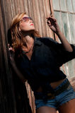 Jeune femme attirante appréciant le soleil et le cigare Photos libres de droits